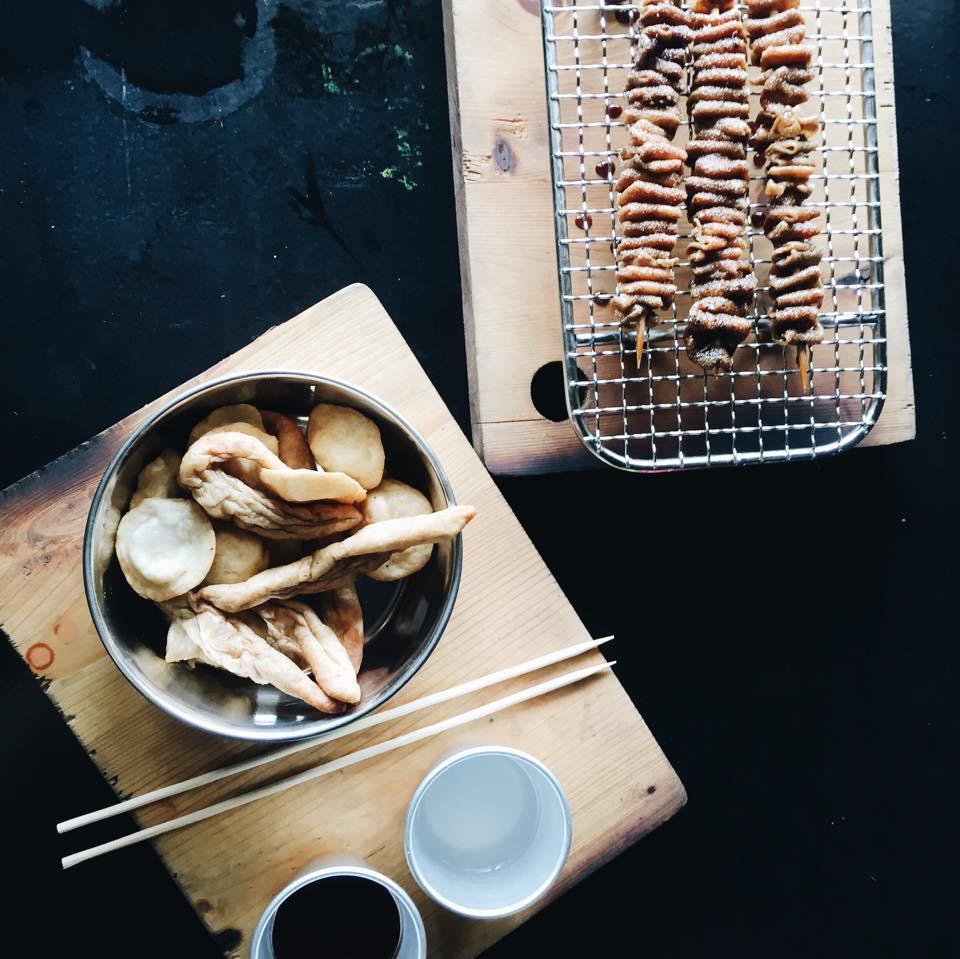 fried isaw, fish balls and kikiam at iskinita street foodz kapitolyo pasig best restaurant