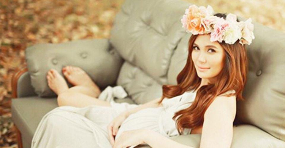 isabel oli prats maternity shoot floral rustic chic photo shoot nice