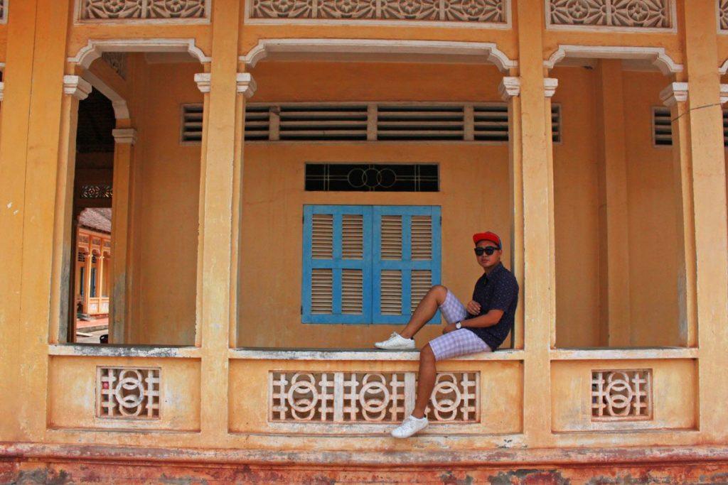 fashion blogger in cao dai temple vietnam ho chi minh saigon