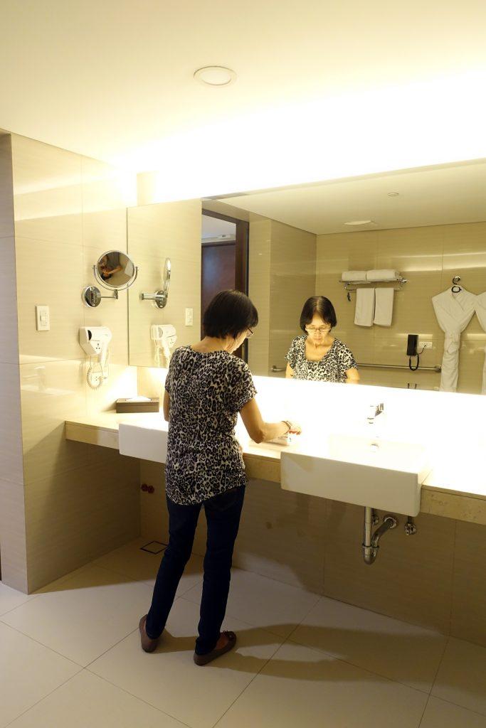 mom guest jin jiang inn makati room
