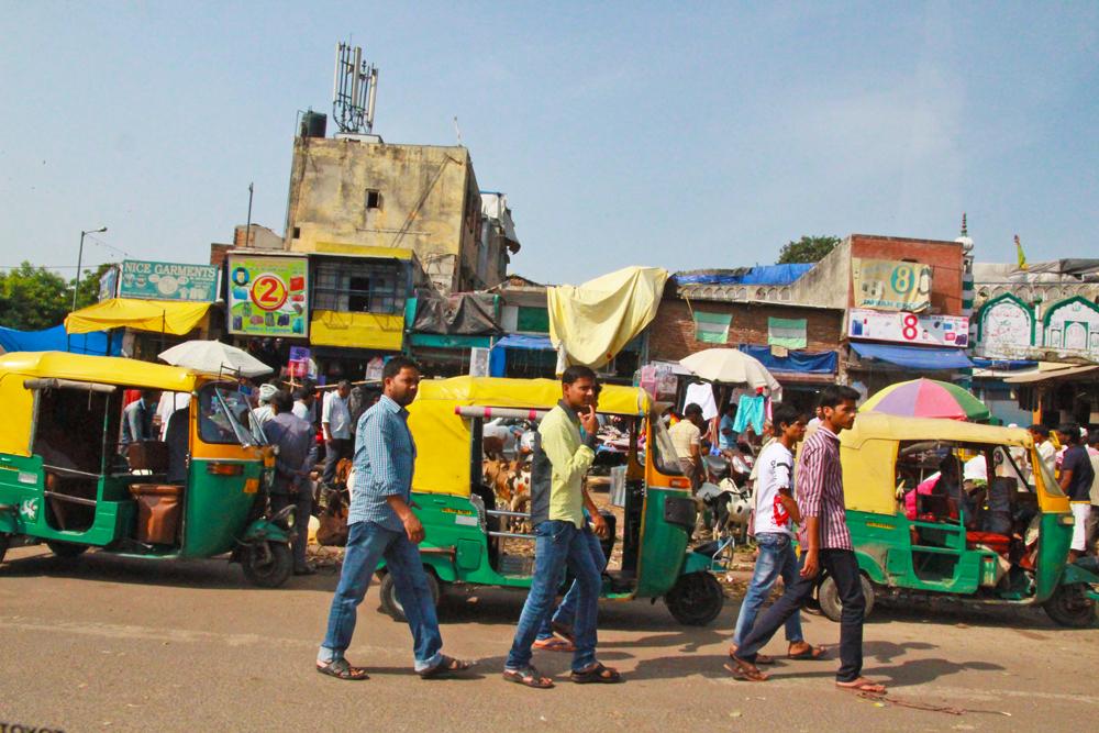 delhi-roads-street-men-walking-india