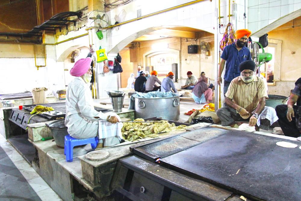 sikh-gurudwara-bangla-sahib-house-of-worship-delhi-volunteers-prepare-food