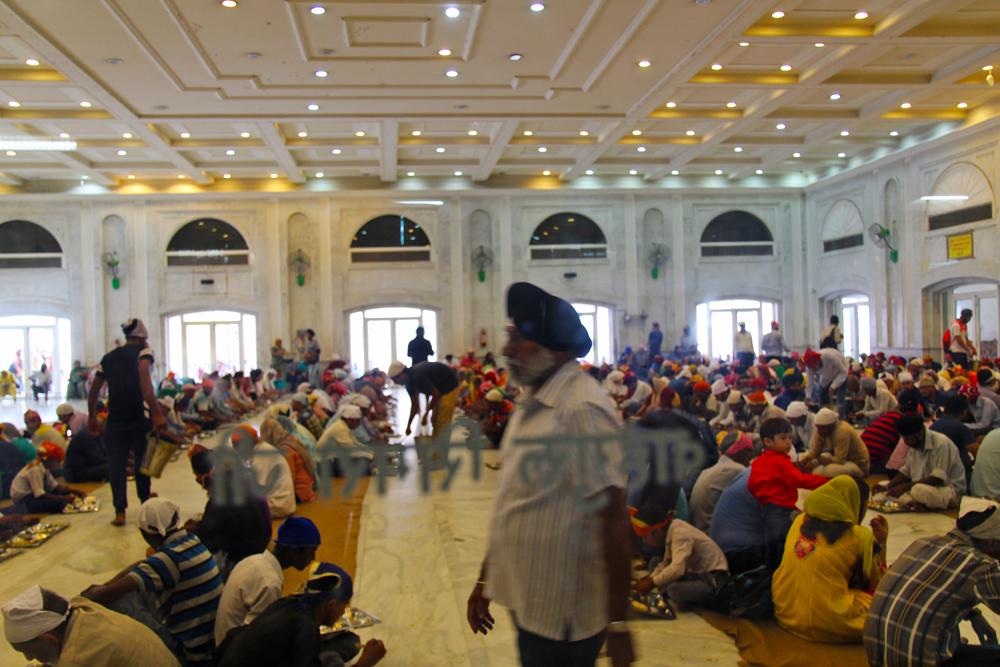 sikh-center-volunteers-feeding-program