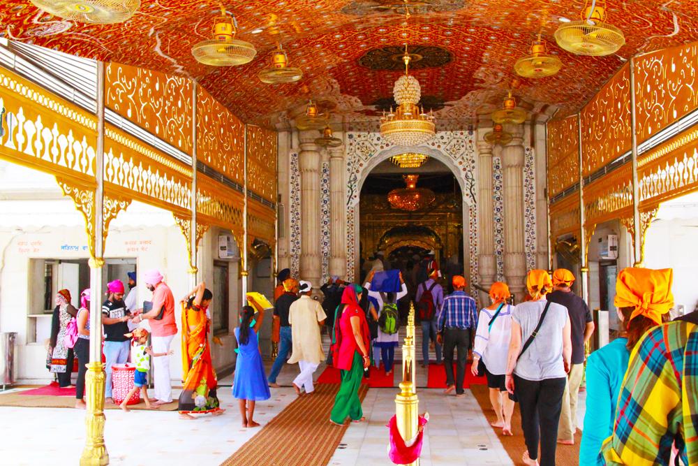 sikh-entrance-gurudwara-bangla-sahib-house-of-worship-delhi-volunteers-prepare-food
